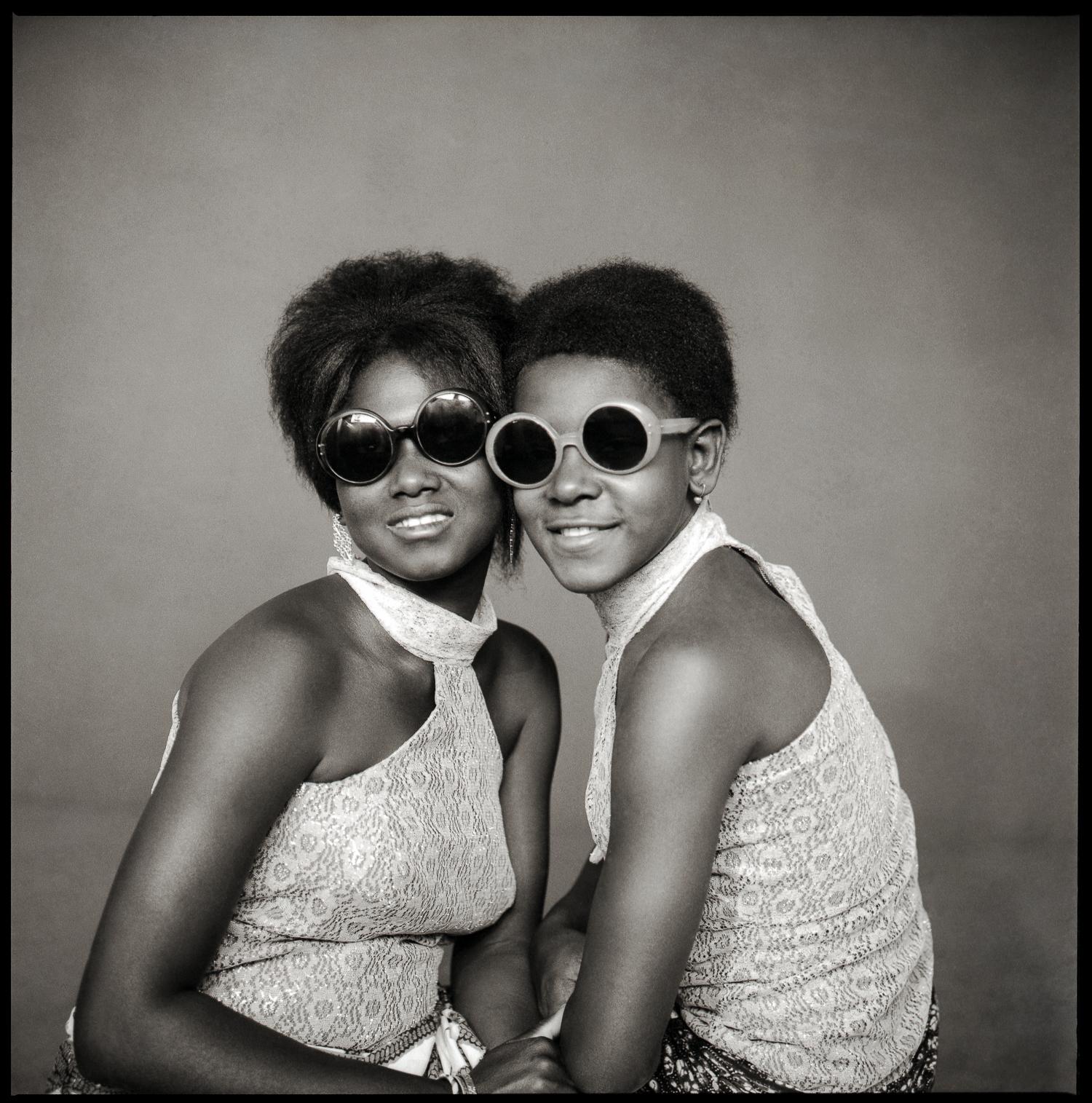 © photo, Abdourahmane Sakaly, 'Deux jeunes filles yé-yé aux lunettes', Bamako vers 1965