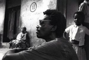 """Bouna Medoune Seye pendant le tournage de son film """"Saï Saï By, dans les Tapats de Dakar"""", 1995 © Photo Revue Noire"""