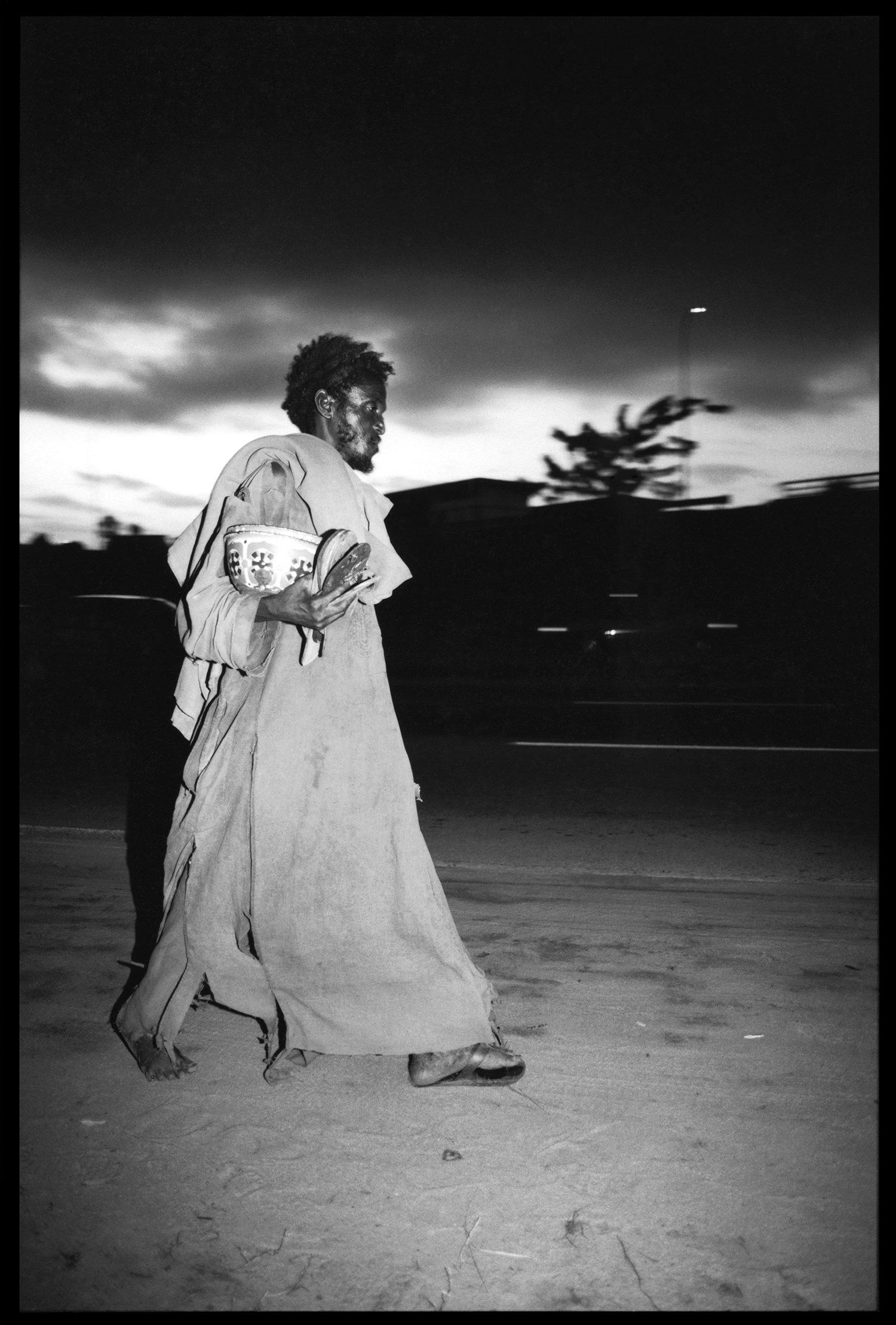 © photo Dorris Haron Kasco, Fou marchant dans la nuit d'Abidjan, Côte d'Ivoire 1992