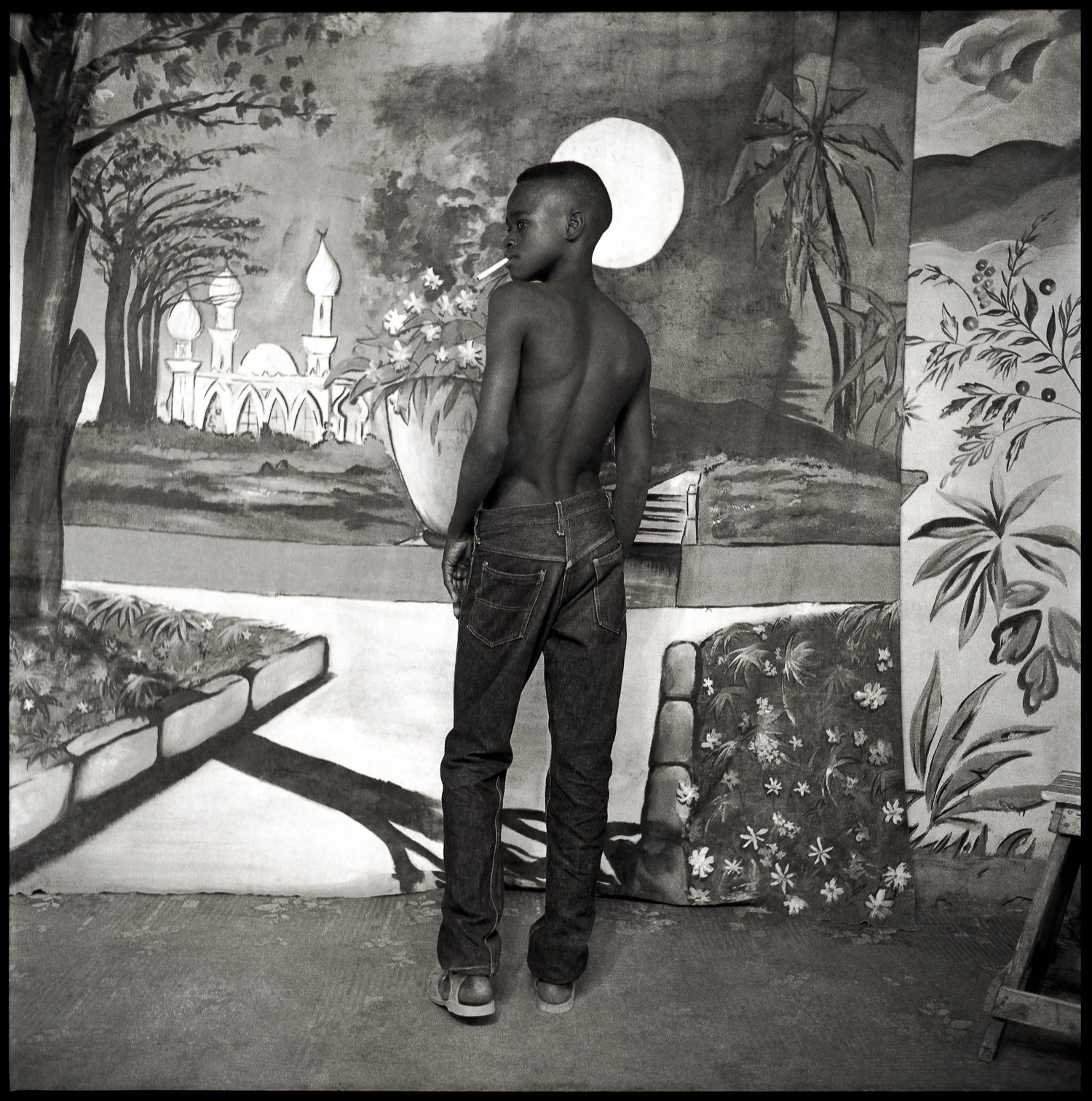 © photo Abdourahmane Sakaly, Jeune garçon avec cigarette en studio, Bamako, Mali vers 1965