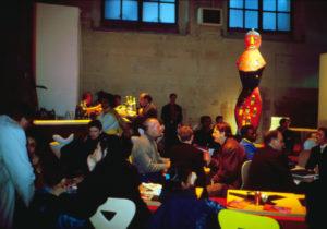 """""""Suites Africaines"""" exposition Revue Noire, Paris 1997 - l'espace rencontre café-restauration avec les sculptures de Mickael Bethe-Sélassié"""