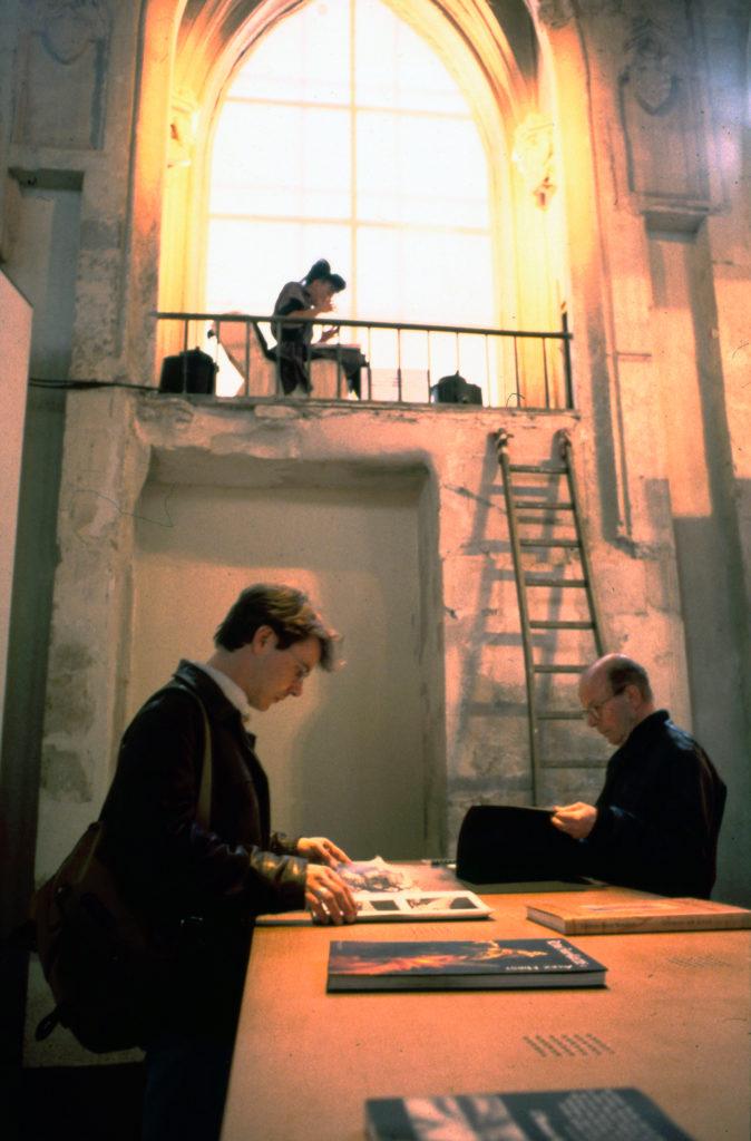 """""""Suites Africaines"""" exposition de Revue Noire, Paris 1997, l'espace Lecture avec écoute de texte par un acteur dans sa loge"""