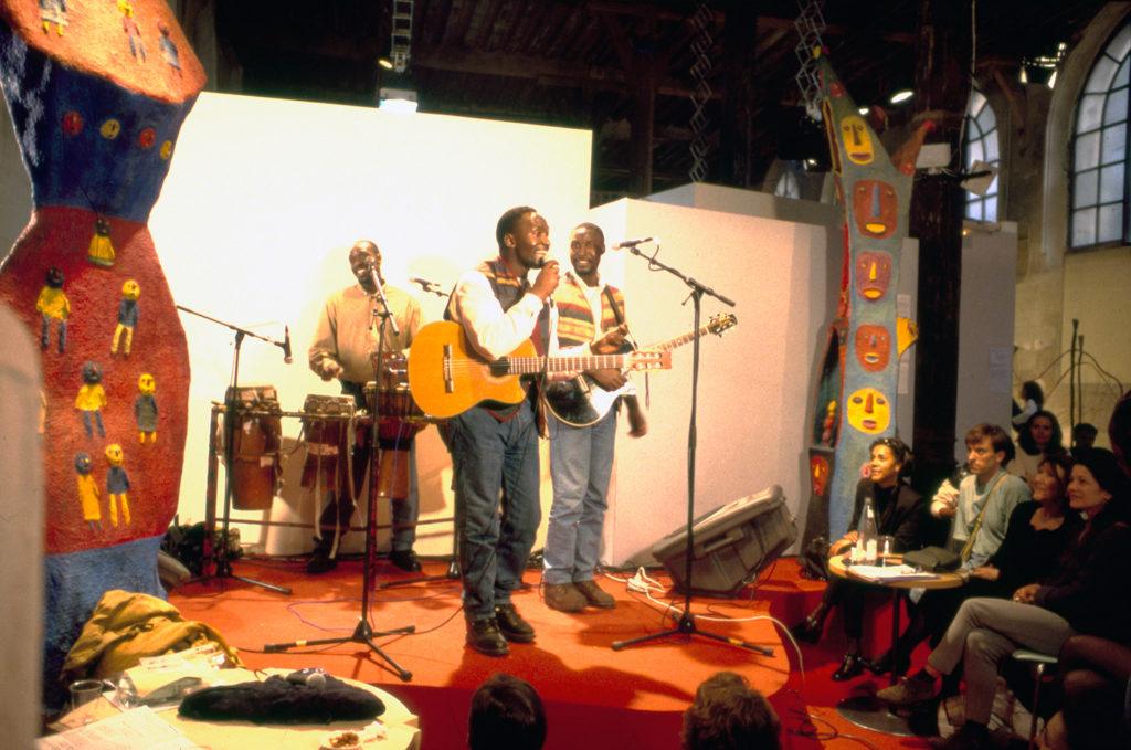 """""""Suites Africaines"""" exposition Revue Noire, Paris 1997 - Les frères Guissé (Sénégal) à leur concert au milieu des sculptures de Mickael Bethe-Sélassié (Éthiopie)"""