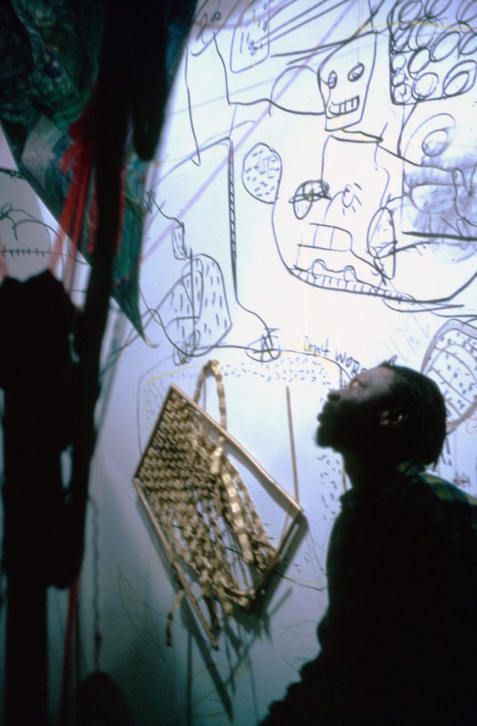 """""""Suites Africaines"""" exposition Revue Noire, Paris 1997 - Pascale Marthine Tayou dans son """"Labyrinthe"""""""