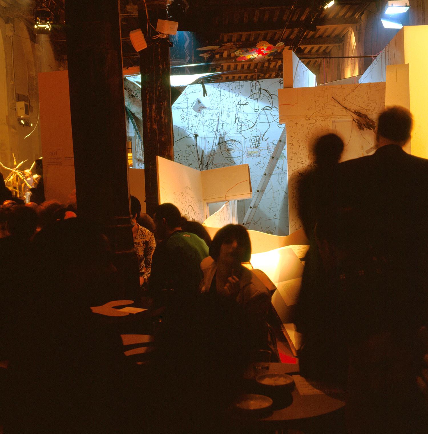 """""""Suites Africaines"""" exposition Revue Noire, Paris 1997 - Le """"Labyrinthe"""" de Pascale Marthine Tayou démoli à la tronçonneuse par l'artiste le dernier jour"""